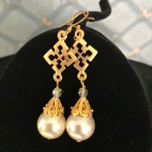 Stunning matte gold and pearl earrings.